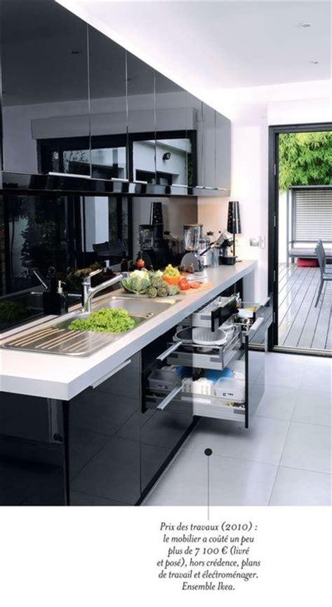 cuisine contemporaine avec ilot une cuisine contemporaine avec îlot central côté maison