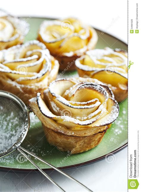 roses d apple de g 226 teaux faites 224 partir de la p 226 te feuillet 233 e avec la pomme photo stock image