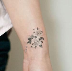 Fleur De Cerisier Tatouage : tatouage fleur de cerisier poignet acidcruetattoo ~ Dode.kayakingforconservation.com Idées de Décoration