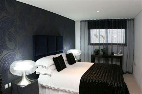 modern black and white bedroom la d 233 co en noir conquiert la chambre 224 coucher 19240   chambre deco glamour papier peint motifs noirs