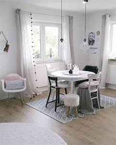 Design Stühle Esszimmer : verschiedene st hle mit skandinavischen design ein wundersch ner wei er tisch mit deko ~ Orissabook.com Haus und Dekorationen