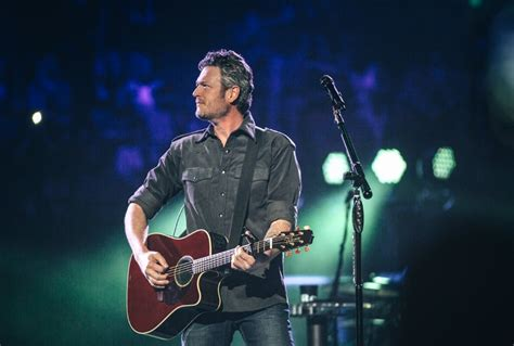blake shelton girl blake shelton s quot a guy with a girl quot holds top spot on charts