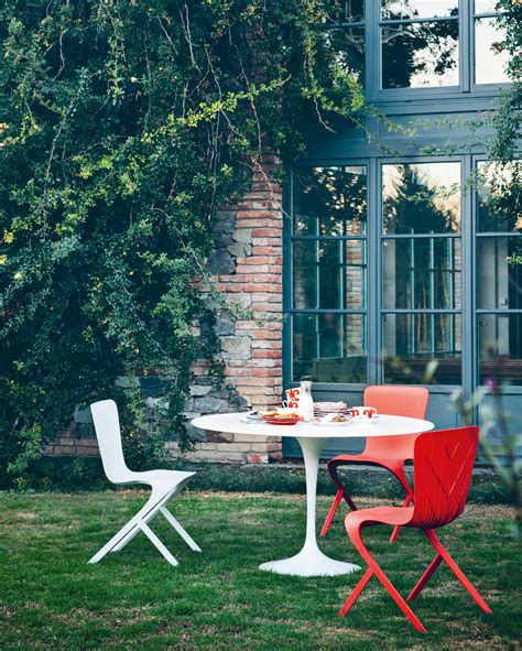 chaise en polycarbonate saarinen tulip dining table dining tables from knoll
