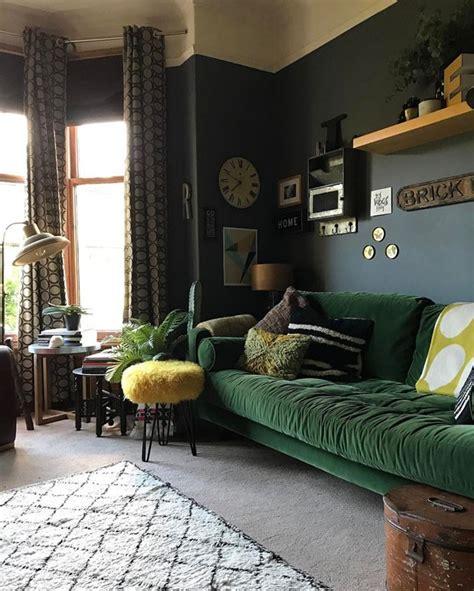 sofa rustika verde d 233 cor do dia sala de estar objetos garimpados e um