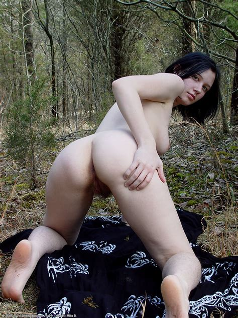 kate shows her ass in the woods pichunter