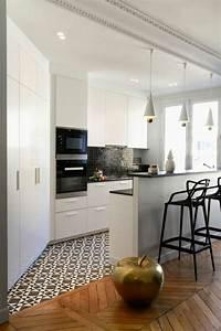 decorer son appartement mosaique blanc noir et parquet With idee deco salle de bain petit espace