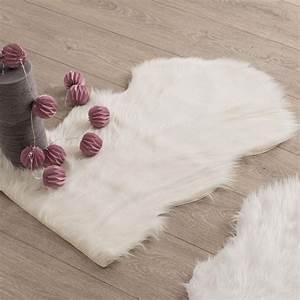 Tapis Imitation Peau De Bete : tapis peau de b te 90 cm imitation fourrure blanc tapis pour la maison eminza ~ Teatrodelosmanantiales.com Idées de Décoration