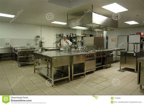 le chauffante cuisine professionnelle cuisine professionnelle avec le cuisinier de chef photos stock image 1753633