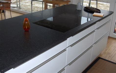 Weiße Küche Mit Schwarzer Granitplatte by Granit Arbeitsplatte Schwarz Matt Wohn Design