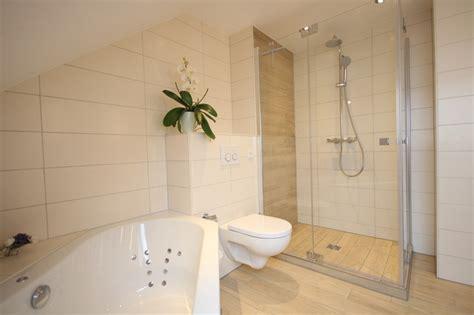 Bad mit Holzoptik Fliesen  Landhausstil Badezimmer