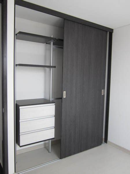 foto closet  puertas corredizas abierto vista interior