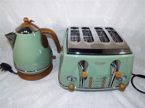 A Delonghi Icona Vintage Style Four Slice