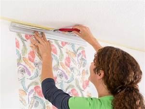 Fenster Tapezieren Anleitung : richtig tapezieren tipps zum selber machen tapetenarten ~ Lizthompson.info Haus und Dekorationen