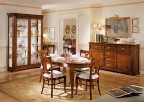 Sala da pranzo classica in legno massello colore noce