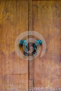 Poignée De Porte En Bois : porte en bois avec la poign e de t te d 39 l phant photo stock image 66502945 ~ Melissatoandfro.com Idées de Décoration
