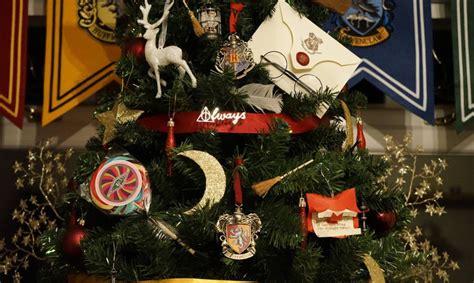 harry potter themed christmas tree spellbinding spectacular harry potter themed christmas tree inhabitots