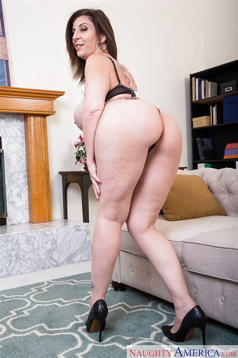 Buxom Milf Sara Jay Strips Naked To Expose Big Fat Ass And