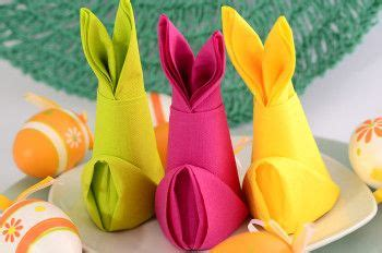 osterhasen falten servietten servietten falten anleitung osterhase aus papierserviette gefaltet in verschiedenen farben