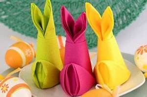 Servietten Falten Ostern Tischdeko : servietten falten anleitung osterhase aus papierserviette gefaltet in verschiedenen farben ~ Eleganceandgraceweddings.com Haus und Dekorationen