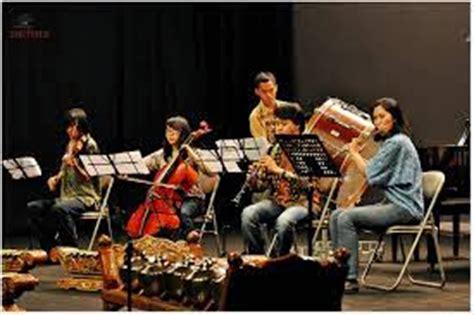 Pengertian, pengertian menurut para ahli, jenis, fungsi, golongan, peran, cara musik ansambel adalah permainan bersama dalam satuan kecil alat musik. Seni musik