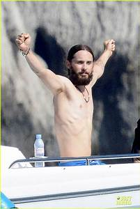 jared leto body jared leto makes a big splash by going ...