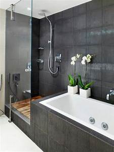 Moderne Fliesen Für Badezimmer : moderne badgestaltung mit einer badewanne dusche wand aus glas und zwei blumen 77 badezimmer ~ Sanjose-hotels-ca.com Haus und Dekorationen
