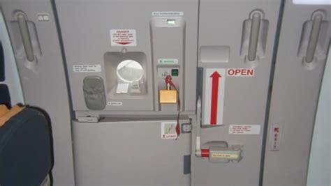affaires de toilette en avion ivre il essaie d ouvrir la porte de l avion en voulant