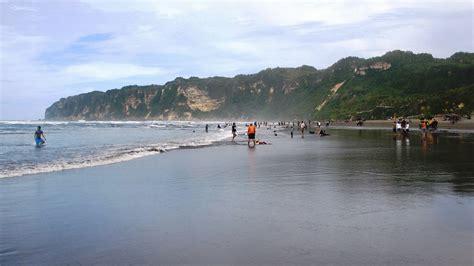 pantai parangtritis  menjadi tujuan masyarakat lokal