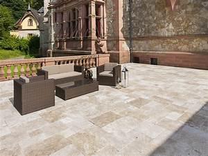 Dalle Pierre Terrasse : dalle medium en travertin tambourin une terrasse avec des meubles de jardin et un mur en ~ Preciouscoupons.com Idées de Décoration