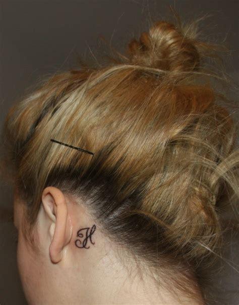 stechen hinterm ohr 39 ideen f 252 r kleine ohr tattoos
