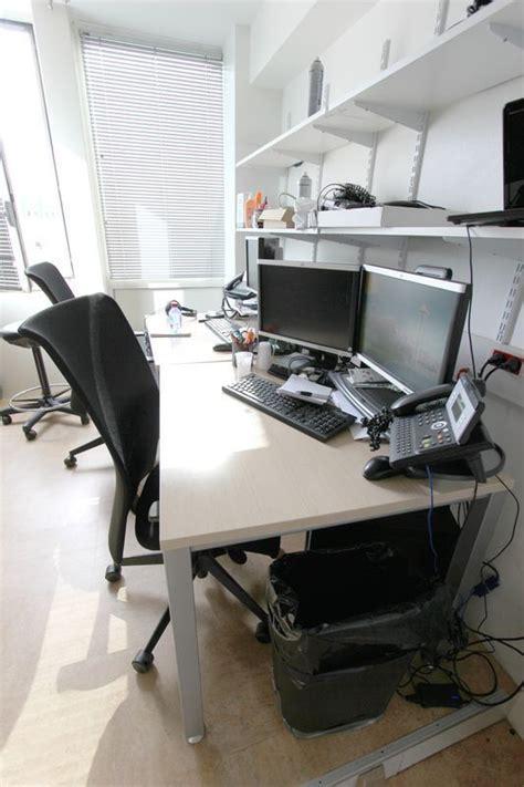 grand bureau noir 3 bureaux droits en bois clair 1 grand bureau droit noir 3