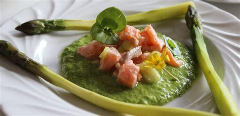 cuisiner asperges fraiches asperges sauce crue aux herbes et tartare de saumon kalimenterre