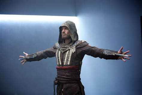 Wkrótce podejmuje walkę z potężnymi templariuszami. Michael Fassbender strikes a familiar pose in these Assassin's Creed movie stills - VG247