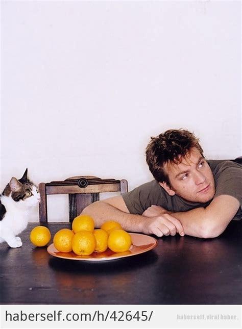 zachary quinto freddie mercury kedileriyle birlikte kameralara poz vermiş birbirinden