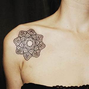 Tattoos Frauen Schulter : das spirituelle mandala tattoo 34 ideen mit magischer bedeutung tattoos zenideen ~ Frokenaadalensverden.com Haus und Dekorationen