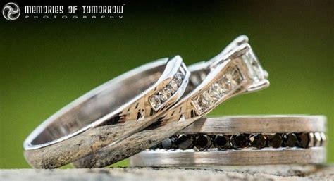 saco una fotografia de los anillos de boda de una pareja lo  capturo es impresionante