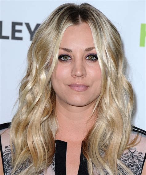 kaley cuoco casual long wavy hairstyle light blonde hair