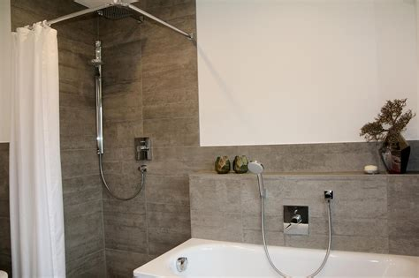 dusche und badewanne nebeneinander bodenebene dusche badewanne modernesbadezimmer vo