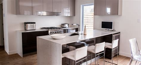 comptoire cuisine cuisine moderne au fini lustré avec comptoirs de quartz