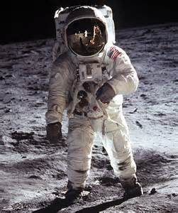 Astronaut Walking On the Moon - Pics about space