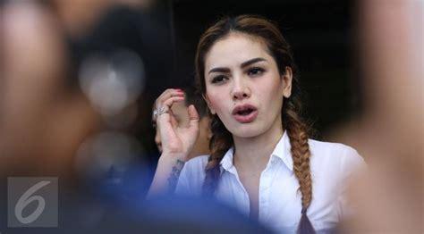 Aktris Cantik Yang Pede Dengan Busana Pamer Payudara