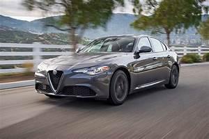 Alfa Romeo Giula : alfa romeo giulia vs bmw 330i vs audi a4 vs mercedes benz c300 vs cadillac ats vs jaguar xe ~ Medecine-chirurgie-esthetiques.com Avis de Voitures