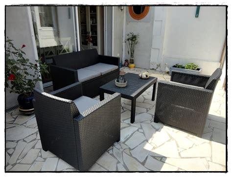 Installation du petit salon de jardin - LA GUILLAUMETTE
