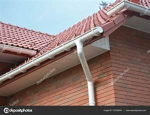 Dachrinnen Kunststoff Preise : nahaufnahme auf haus problembereiche f r die regenrinne impr gnierung dachrinnen regenrinnen ~ Whattoseeinmadrid.com Haus und Dekorationen