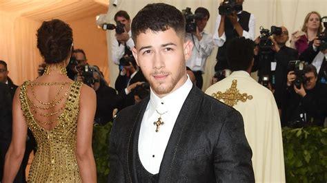 Nick Jonas Sorprende Llegando A La Gala Met 2018 En Metro