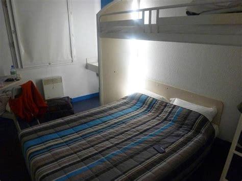 water basin inside room beside decker bed foto di hotelf1 porte de montmartre