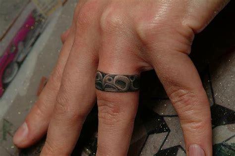 finger ring tattoo von power tattoo company
