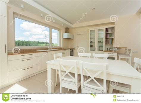 table blanche de cuisine cuisine contemporaine avec la grande table blanche photo
