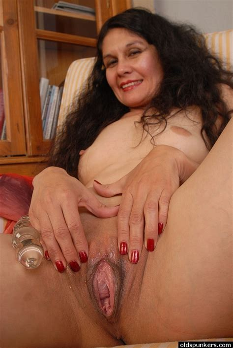 Kinky Mature Brunette Carmen Is Stretching Her Tight