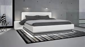 Tete De Lit Design : lits en cuir design mobilier cuir ~ Teatrodelosmanantiales.com Idées de Décoration